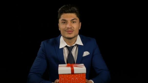Vonzó üzletember, felajánlás egy születésnapi ajándék