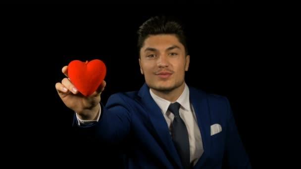 Mann mit kleinem roten Herz am Valentinstag