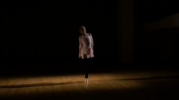 Anmutige Ballerina übt Ballett im Studio