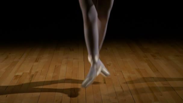 Nahaufnahme Füße einer Ballerina bei Sprüngen in Ballettschuhen
