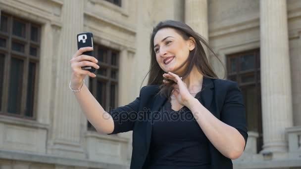 Lassú mozgás, szép izgatott lány küldött selfie, és beszélgetni a szociális média
