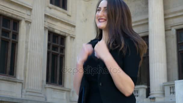 Úspěšné obchodní žena cítí silný a šťastný, že nadšený skákání vítězství gesta a slaví své vítězství