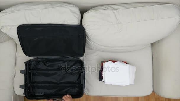 Timelapse ženy balení oblečení do kufru pro cestování