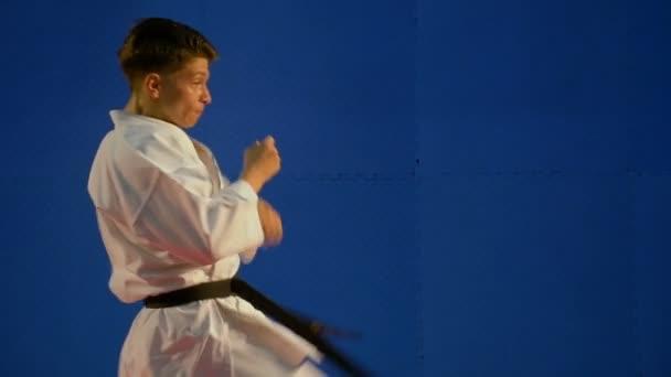 Karate rúgás közben képzés lassítva fiatalember