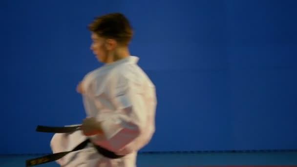 Combattimento usando attacco e bloccando tecniche tra tre arti marziali combattenti