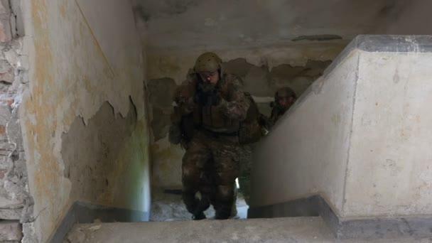 Különleges erők terrorizmus vadász egység keres elhagyott épület, a katonai cél