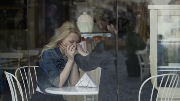 Смотреть красивая женщина целует и ласкает свою подругу — photo 13
