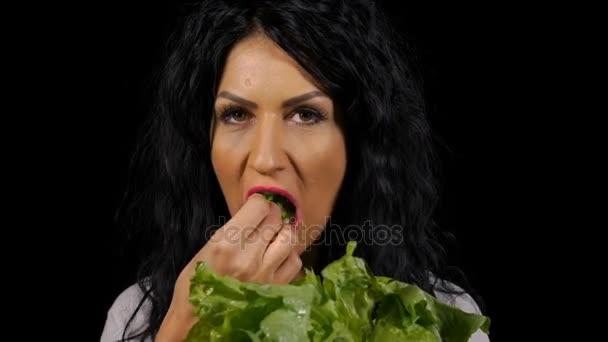 Vegetariánské mladá žena zdravé jíst čerstvý zelený salát
