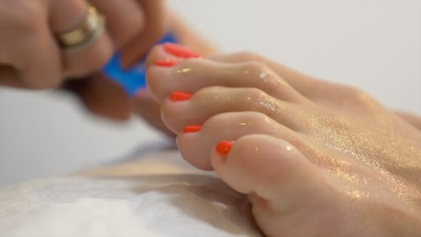 Chiuda in sulle dita dei piedi massaggio dopo procedura di pedicure