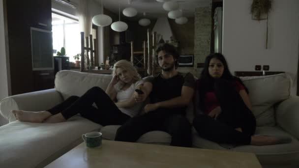 Három meg a nappaliban, a fotelben ülve szomorú film