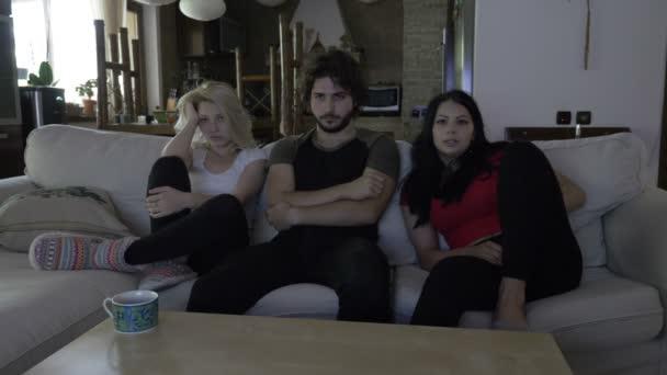 Három szobatársak tölteni az estét együtt filmnézésre fedett