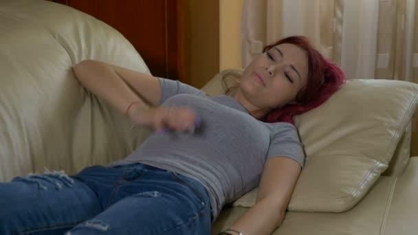 Rothaarige Teenager Mädchen mit akutem Pms Eierstock Menstruation Krampf Schmerzen auf Couch mit ihren Händen auf den Bauch legen