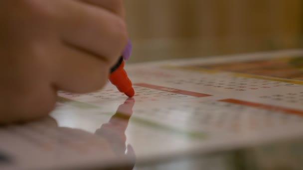 Frau aus den Tagen ihrer Menstruation Geburt Steuerungskonzept in einem Kalender Planung überqueren