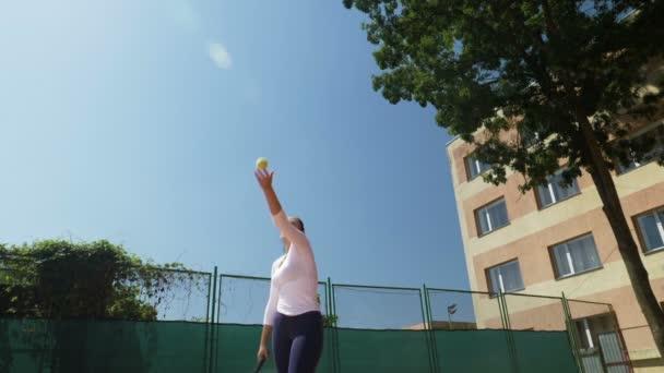 Tenisový hráč udeří míč během hry