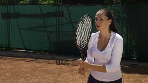 Zpomalený pohyb s unavená žena tenisový hráč dívku udeří míč s raketou