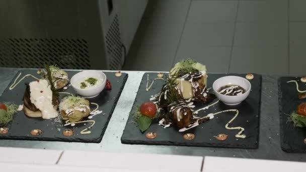 Closeup desek s masem a zeleninou, které tvoří propracované menu v restauraci kuchyni