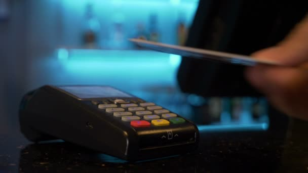 Platební bezkontaktní kreditní kartou