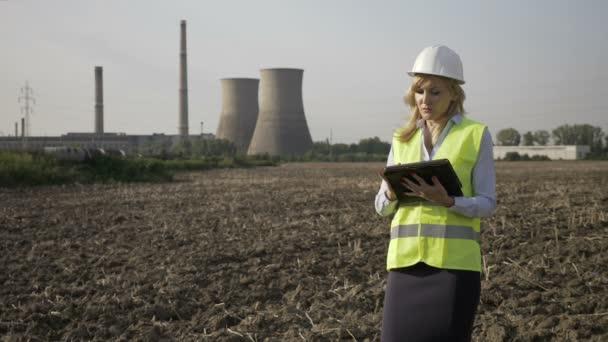 Portrét ženy krásné specialista inženýr pracuje na tabletu na průmyslovém