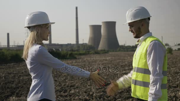 Úspěšná podnikatelka a pohledný inženýr potřesení rukou odsouhlasení projektu zabývat v ropném a energetický průmysl