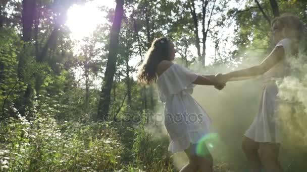Fiatal hölgy, hogy néz ki, mint a kézen, és fonó az erdei tündérek hatálya alá tartozó, a füst