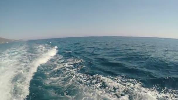 Modré moře vlny z plachetnice