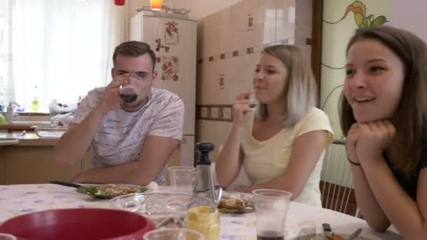 Amici di famiglia vicini riuniti al tavolo condividendo storie e ridendo divertendo insieme casa partito con il concetto di amici più vicina