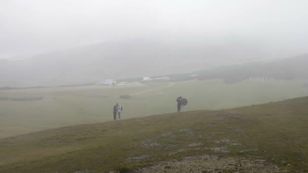Panorámás kilátást élvezi a hegyi út táj rétek séta, és fotózni egy ködös nap teen párok