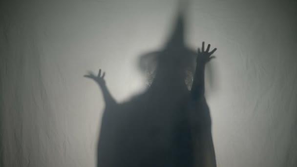 Čarodějnice halloween zlomyslný smích a zlé kouzlo na lidi na halloween den mrtvých