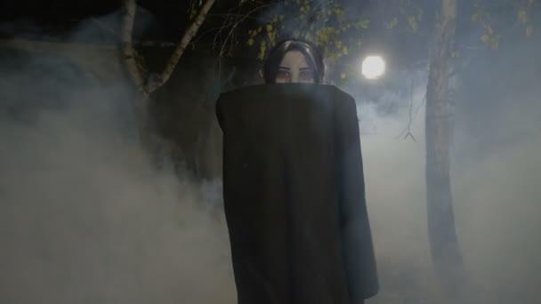 Ďábel ženské halloween upír odhalení její tvář a příprava kousat oběti