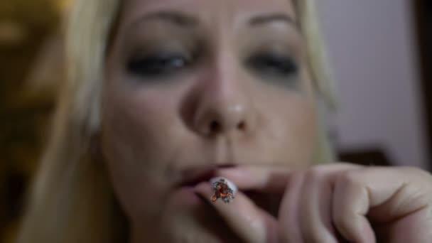 Világítás, a marihuána közös belélegzése és exhaling a füstöt, lassítva árva lány portréja
