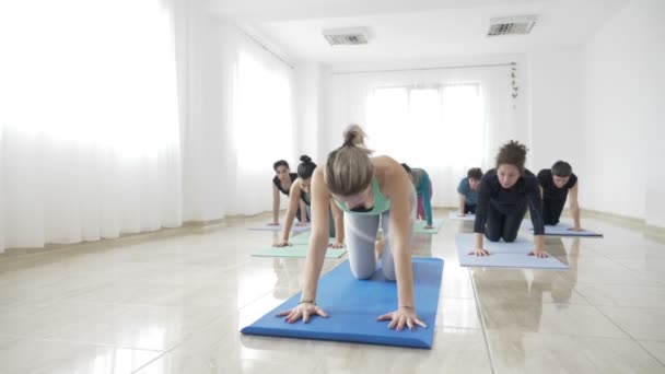 Női hallgatók kidolgozása a rugalmasság, a szőnyeg alatt a jóga, a lassú mozgás