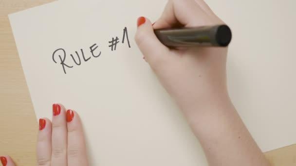 Mãos Adolescente Escrevendo Um Hashtag De Regra De Fazer Vida O Que Te Faz Feliz E Desenhando Um Smiley Face Sobre Uma Citação Motivacional Do Livro Branco