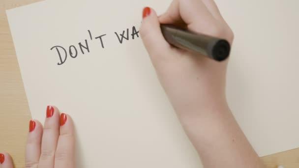 Mão De Menina A Escrever Não Espere O Tempo Nunca Será Bem Motivacional Citação Em Um Papel Branco Com Um Marcador Preto
