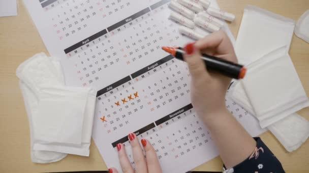 Calcolo Ovulazione Calendario.Mani Della Ragazza Calcolo Sua Ovulazione E Le Date In Un Calendario Di Marcatura Con Un Pennarello Arancia Mentre Chiedendo Perche Ha Perso Il Suo Periodo