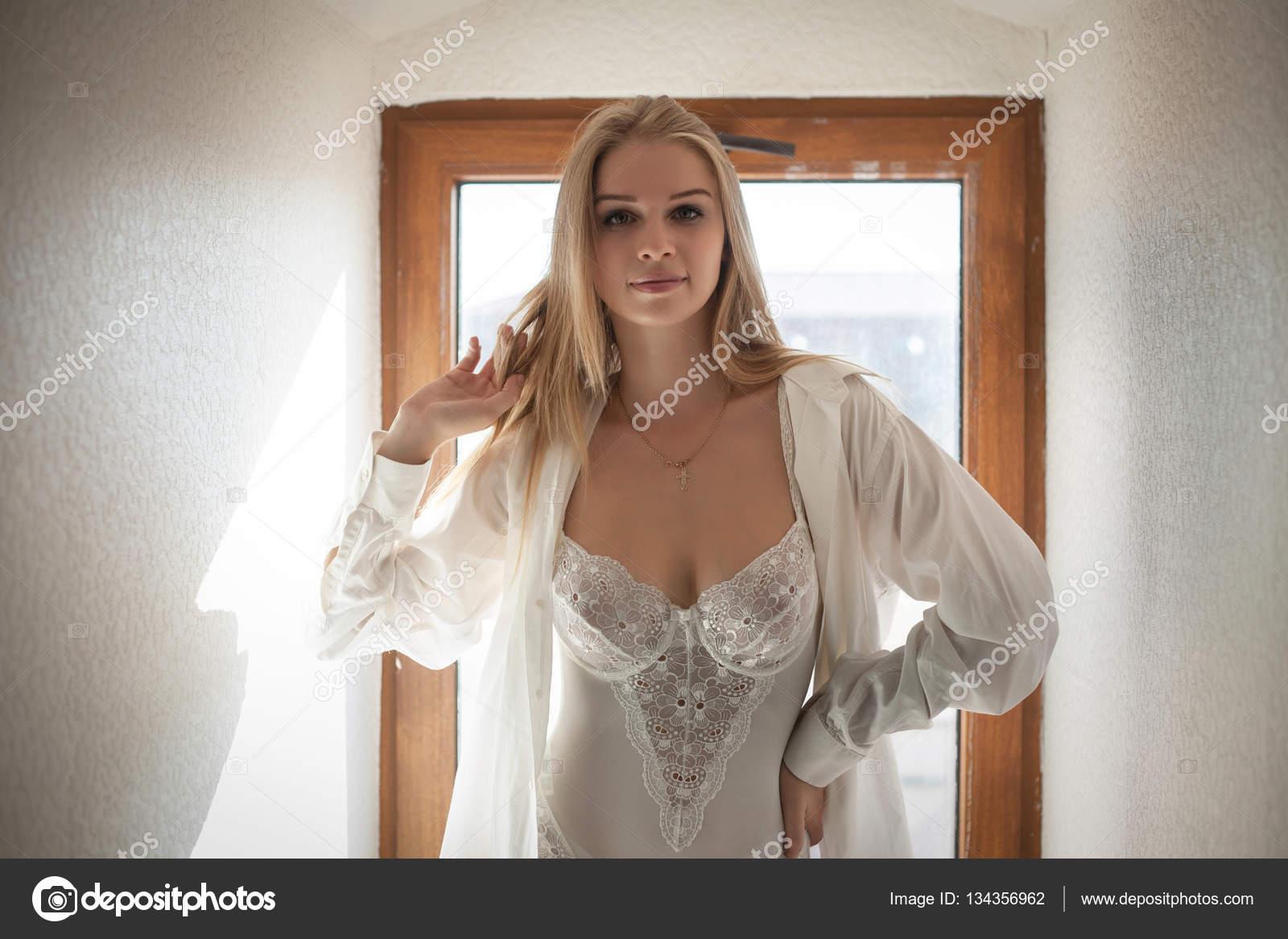 3cbbc80cc Bela mulher sedutora em roupas íntimas e uma camisa branca — Fotografia de  Stock