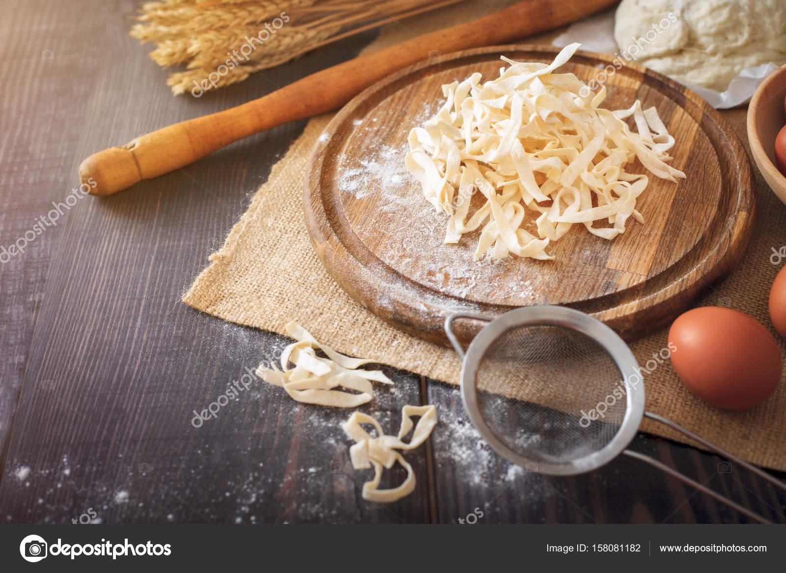 Pasta Fresca Fatta In Casa Con Ingredienti Di Pasta Sul Tavolo Di