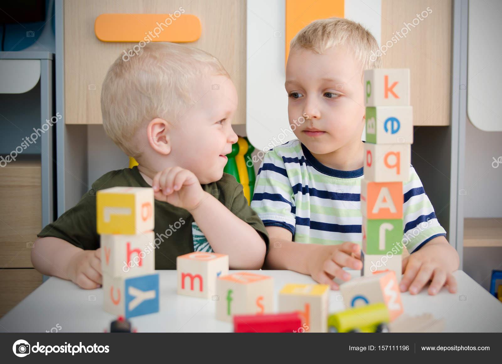 Imágenes: niños en el jardin infantil | Chicos niños jugando con ...