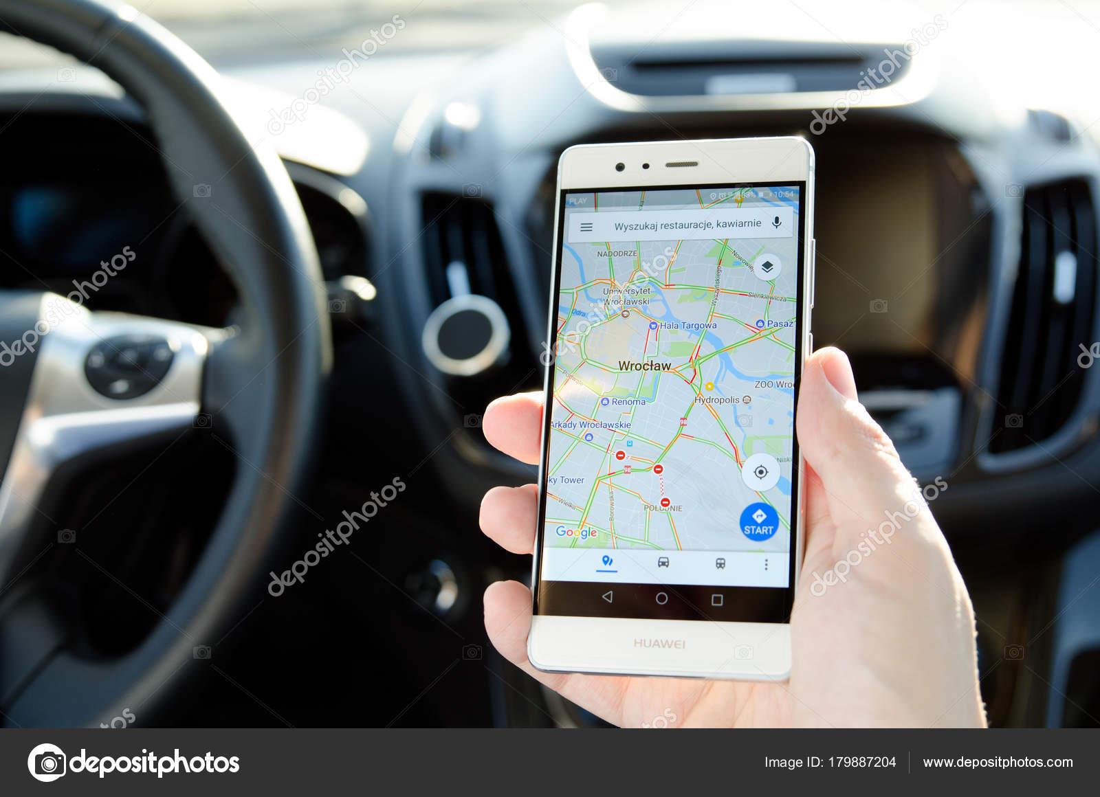 Карты google приложения на экране мобильного телефона – стоковое.