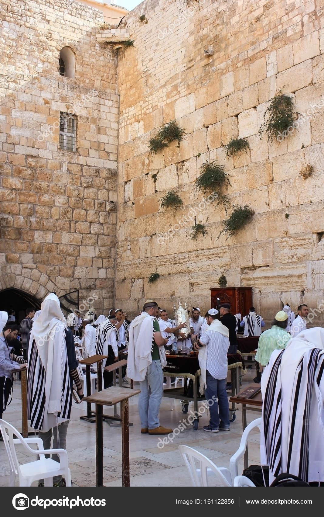 Jews praying at the Wailing Wall, Jerusalem – Stock