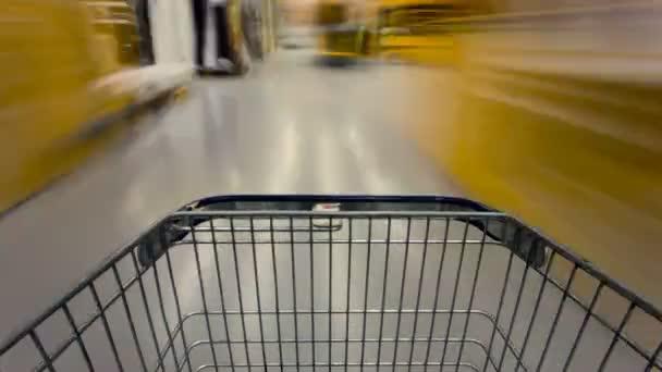 Ampty kosár, a épület szupermarketben mozgó absztrakt videó. Idő telik el