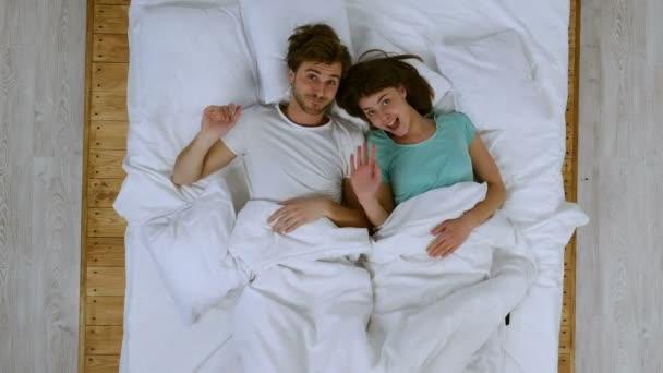Boldog pár az ágyban. Jó Szia jel mutatja, és bolondozás.