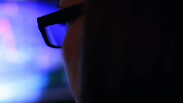 Žena v brýlích, práci v noci. Odraz v brýlích z notebooku. Pohled z stranou. Dolly zastřelil