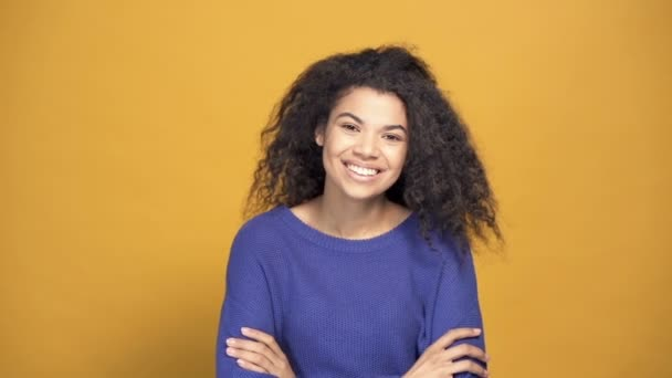 Portrait os smiling afro american woman. Slowmotion.