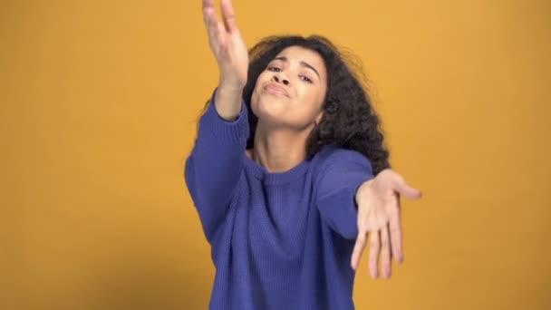 Göndör haj, afro nő jól érzi magát. Táncolj és mutasd meg, hogy követsz. Lassított felvétel.