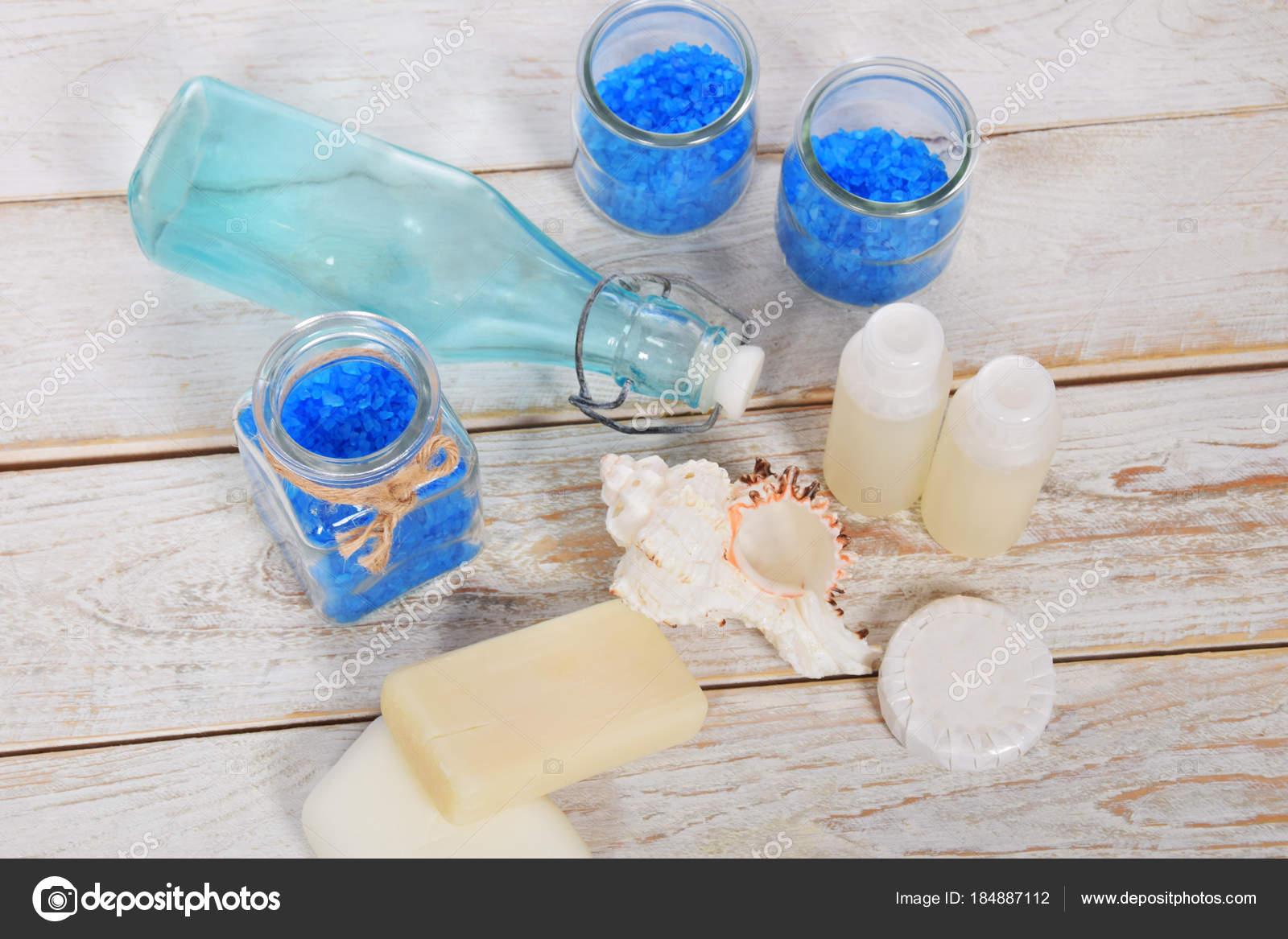 bottiglia di vetro azzurro con sale di bagno blu e conchiglie di ...