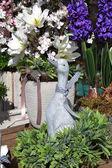 šedé kachny vedle barevných květin, Velikonoční dekorace