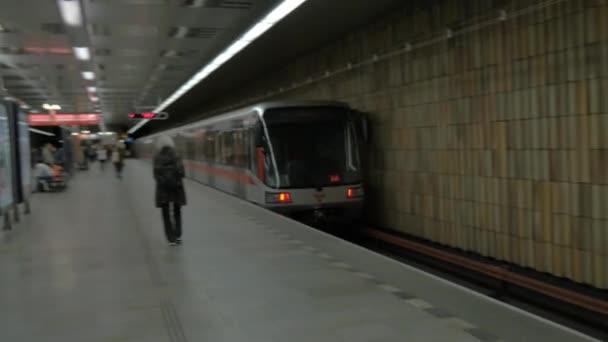 Pohled na Odcházení vlak metra ve stanici. Praha, Česká republika
