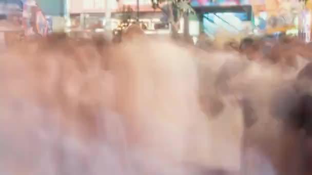 Timelapse di donna con tampone in notte affollata strada