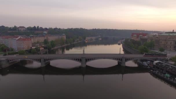 Létání nad Manes most přes řeku Vltavu v Praze