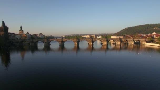 Letecký pohled na řeku Vltavu v Praze, Česká republika